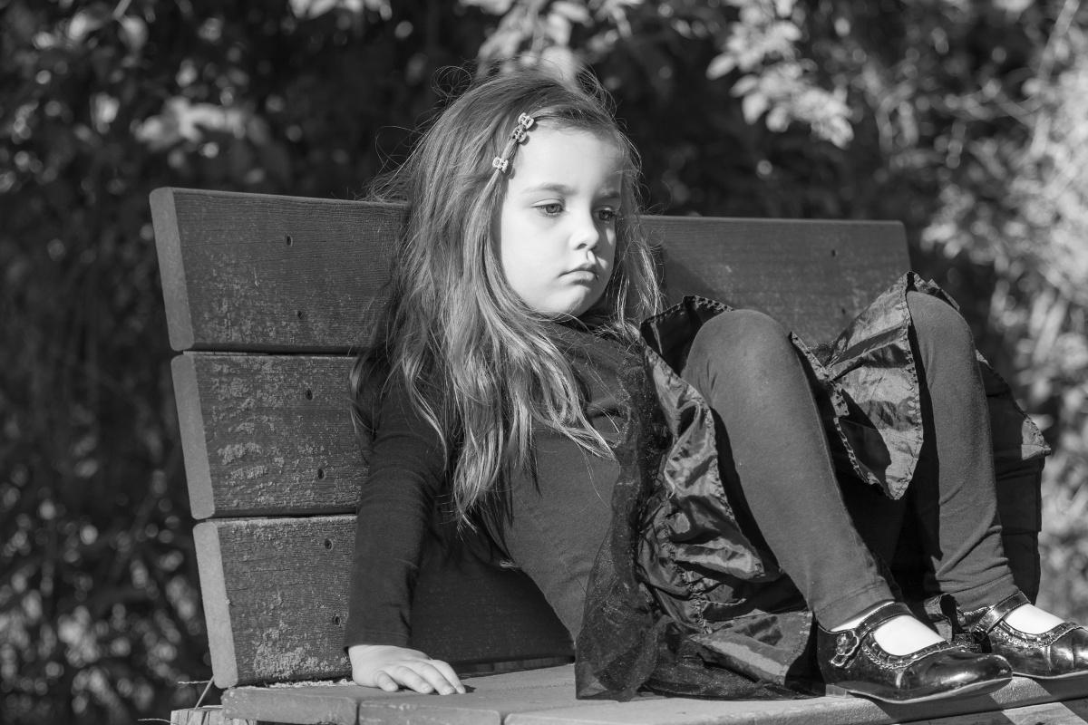 lille pige der keder sig